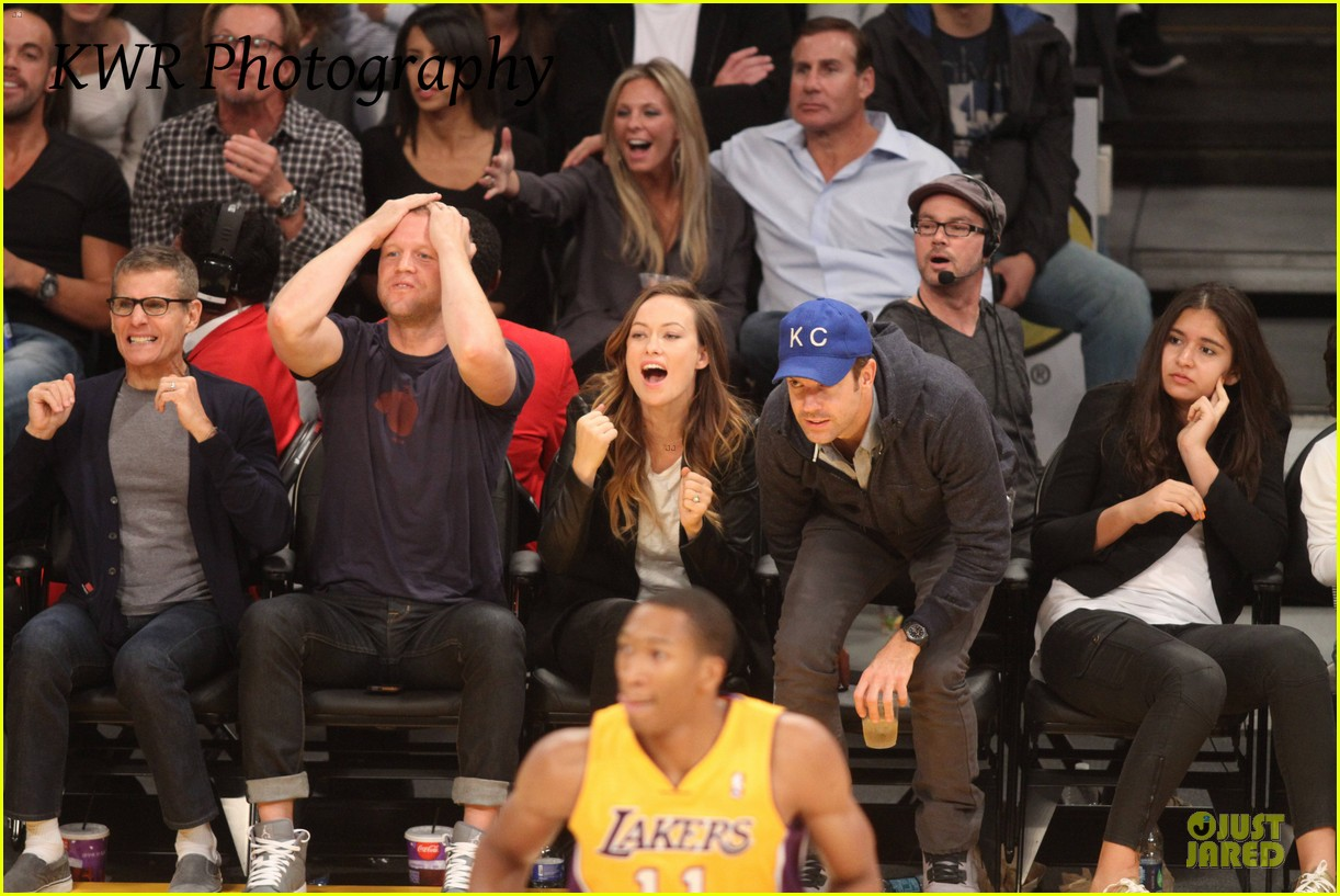 olivia wilde jason sudeikis kissing at lakers game 202985013