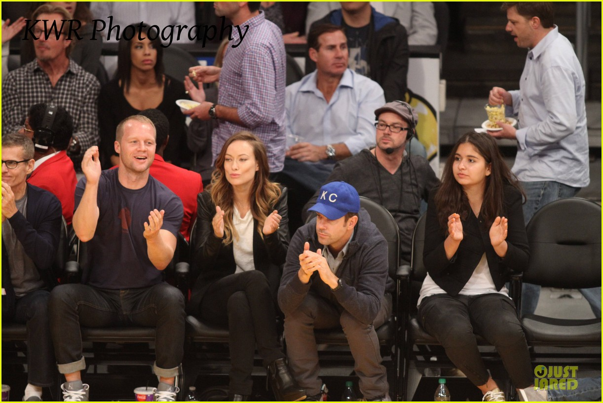 olivia wilde jason sudeikis kissing at lakers game 23