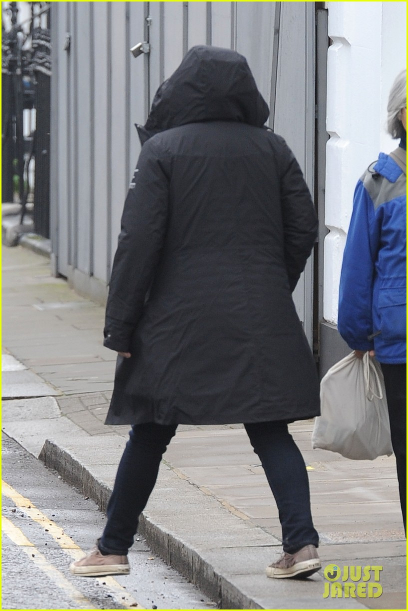 pregnant kate winslet plays peek a boo with her hood 13