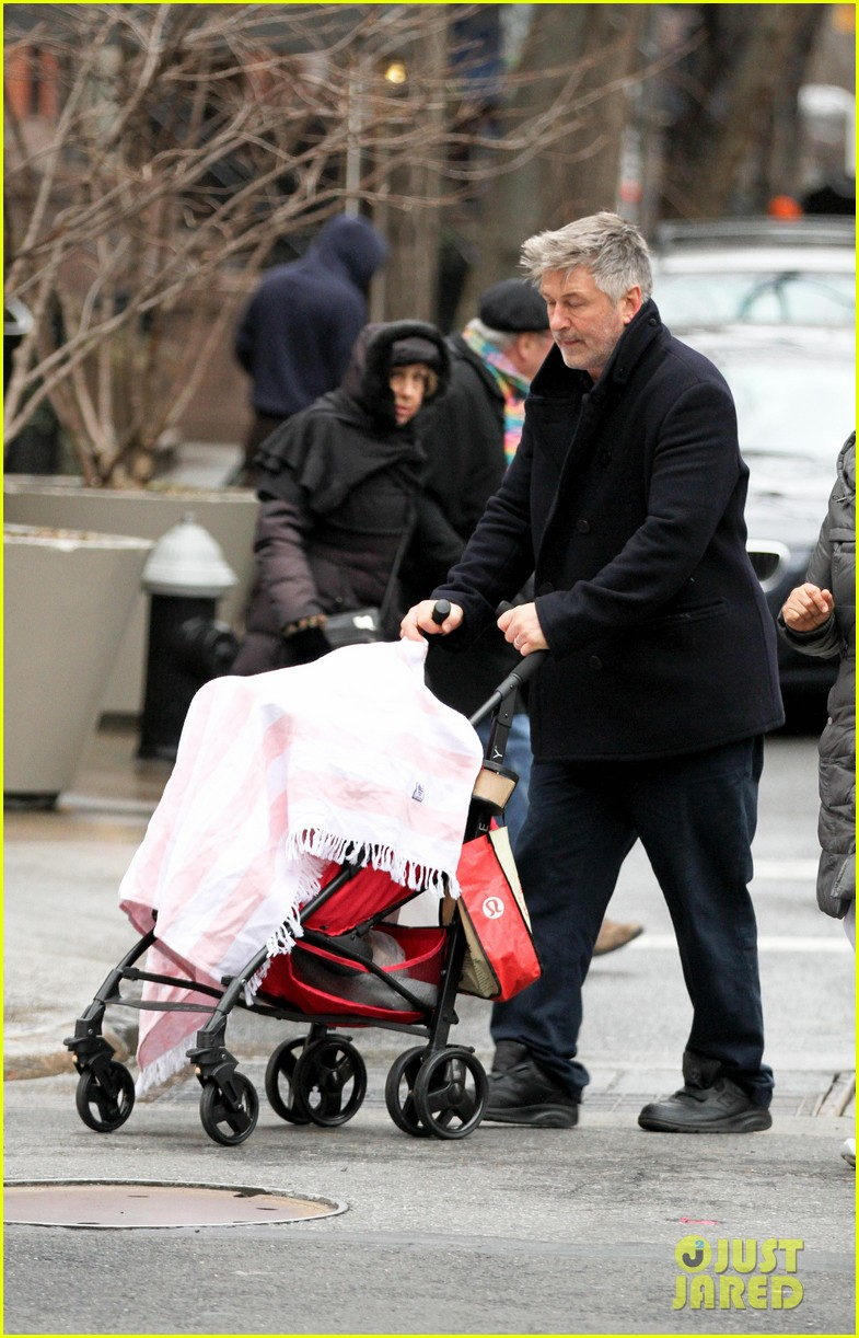 alec baldwin bikes in shorts in freezing new york city 04