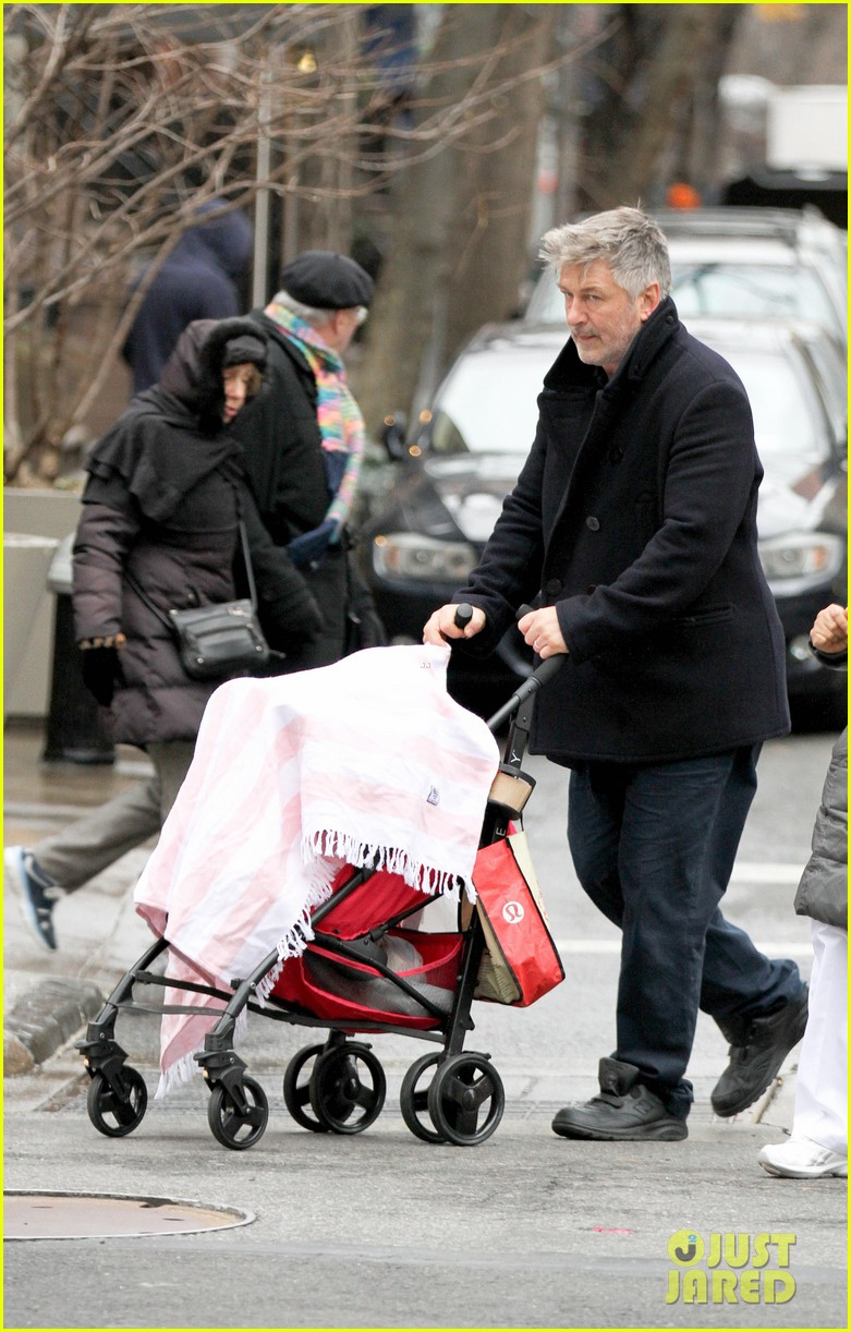 alec baldwin bikes in shorts in freezing new york city 13