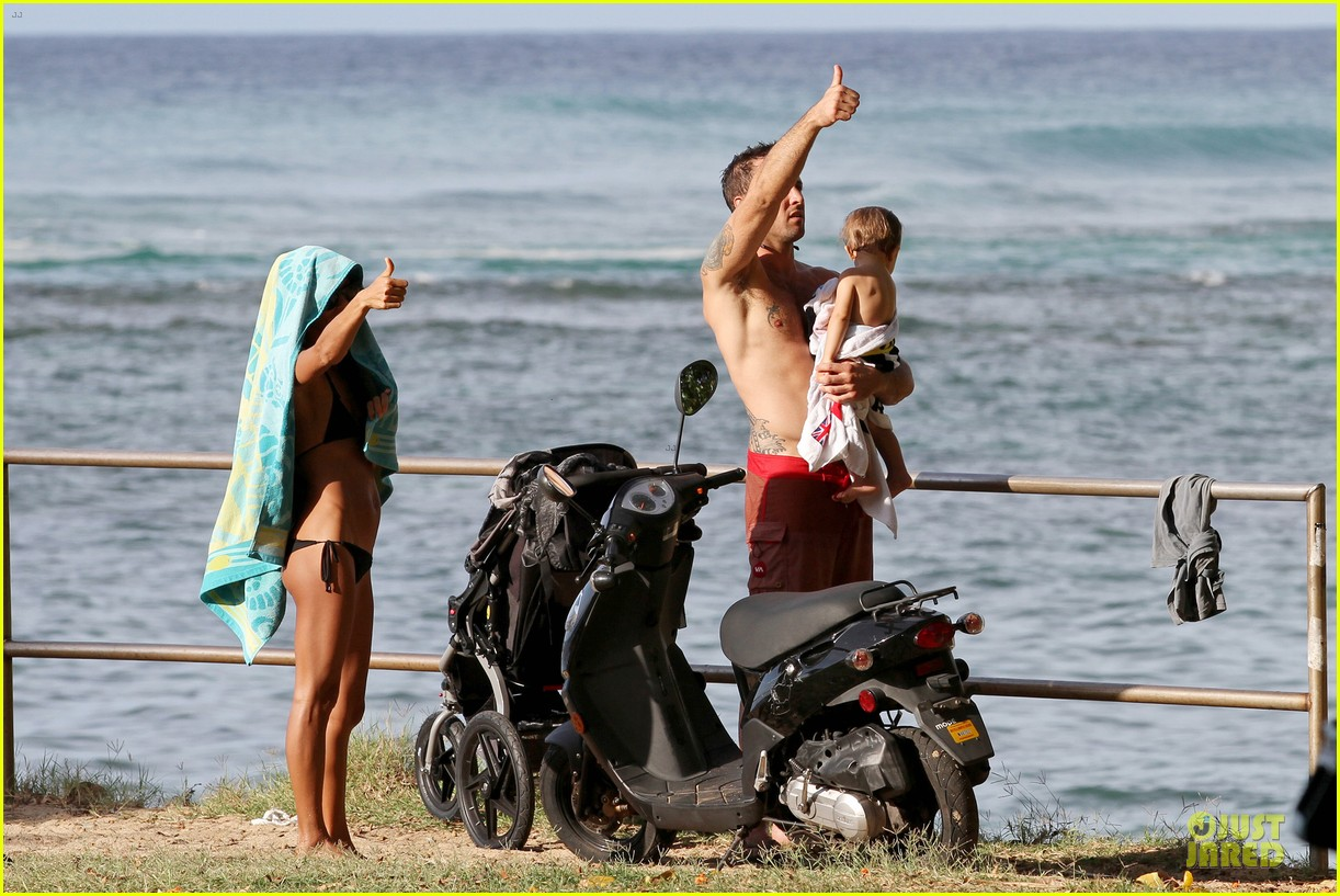 alex oloughlin shirtless beach bonding with maia jones 133012534