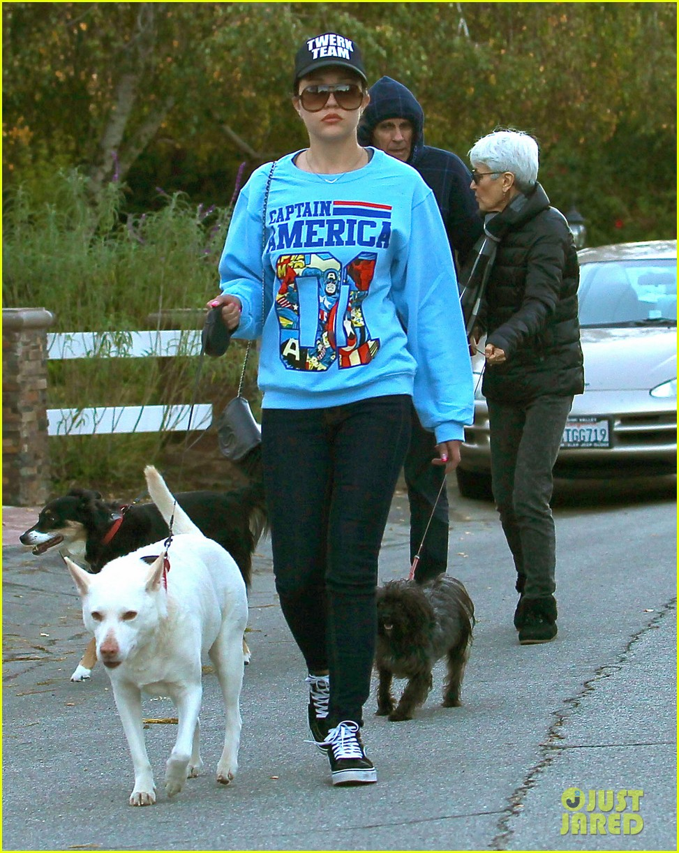 amanda bynes saturday stroll with parents pups 043007584