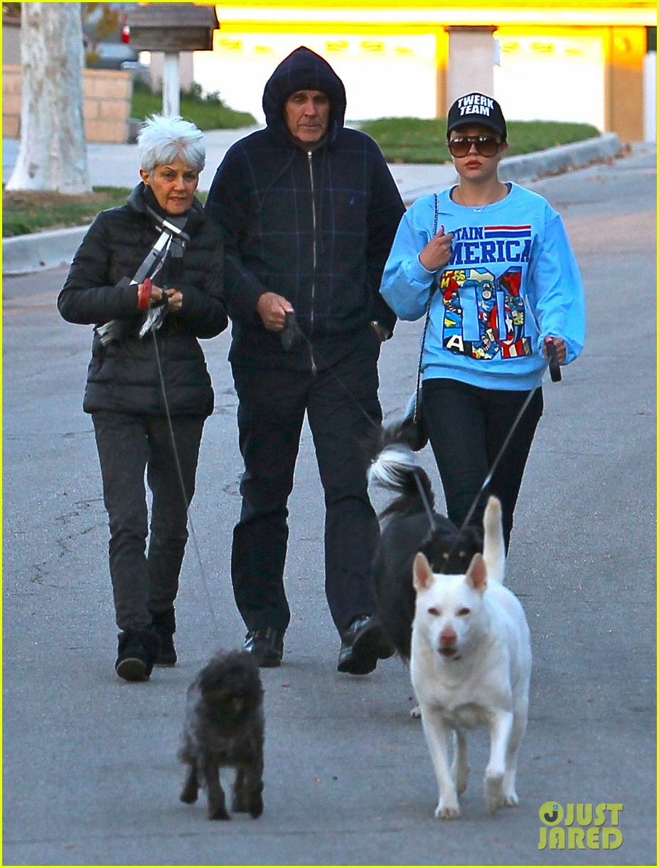 amanda bynes saturday stroll with parents pups 13