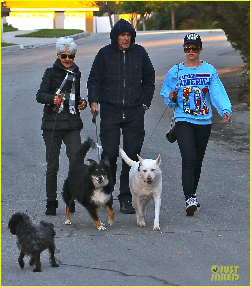 amanda bynes saturday stroll with parents pups 153007595