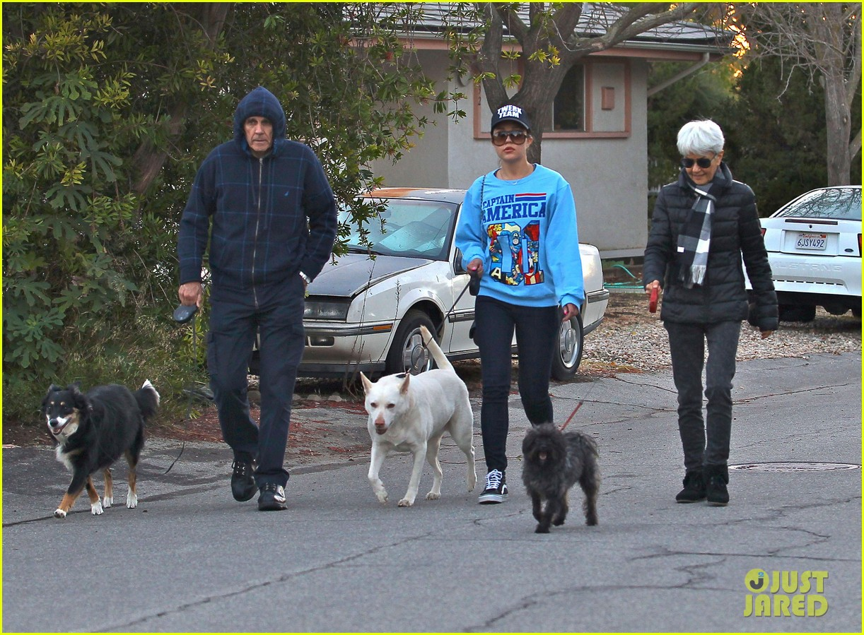 amanda bynes saturday stroll with parents pups 21