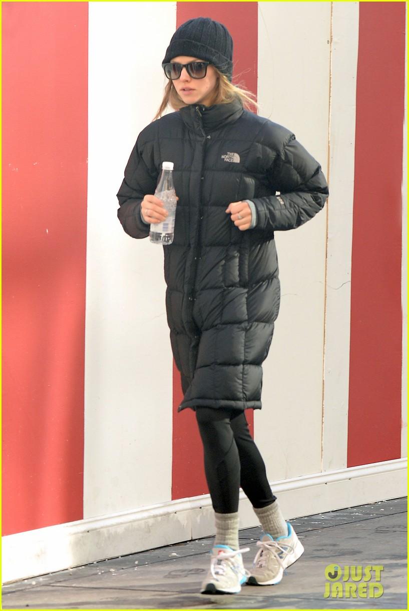 amanda seyfried jogs in the freezing big apple weather 09