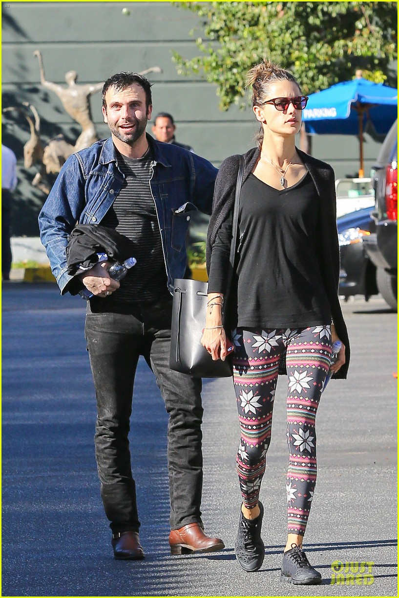 jamie mazur photobombs alessandra ambrosio on christmas eve 11