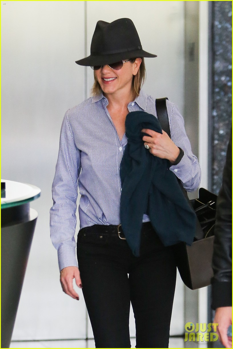 jennifer aniston visits skin care clinic after christmas shopping 07