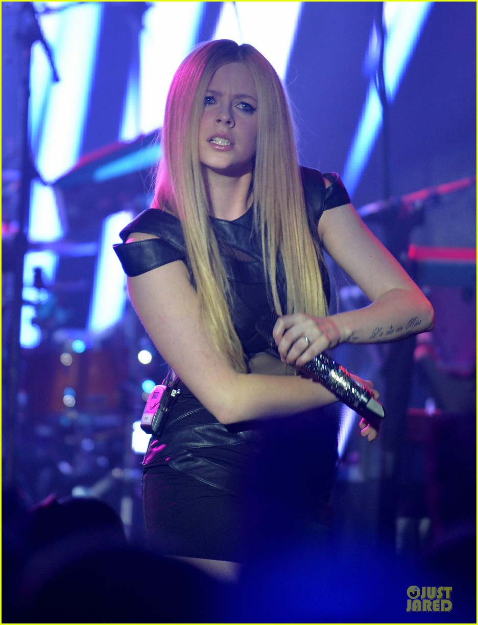 avril lavigne q102 jingle ball 2013 performer 06