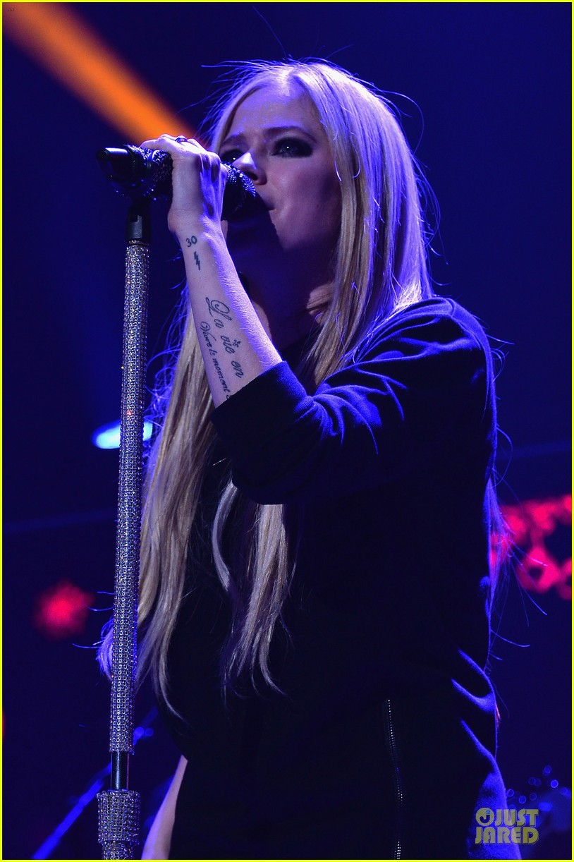 avril lavigne q102 jingle ball 2013 performer 14