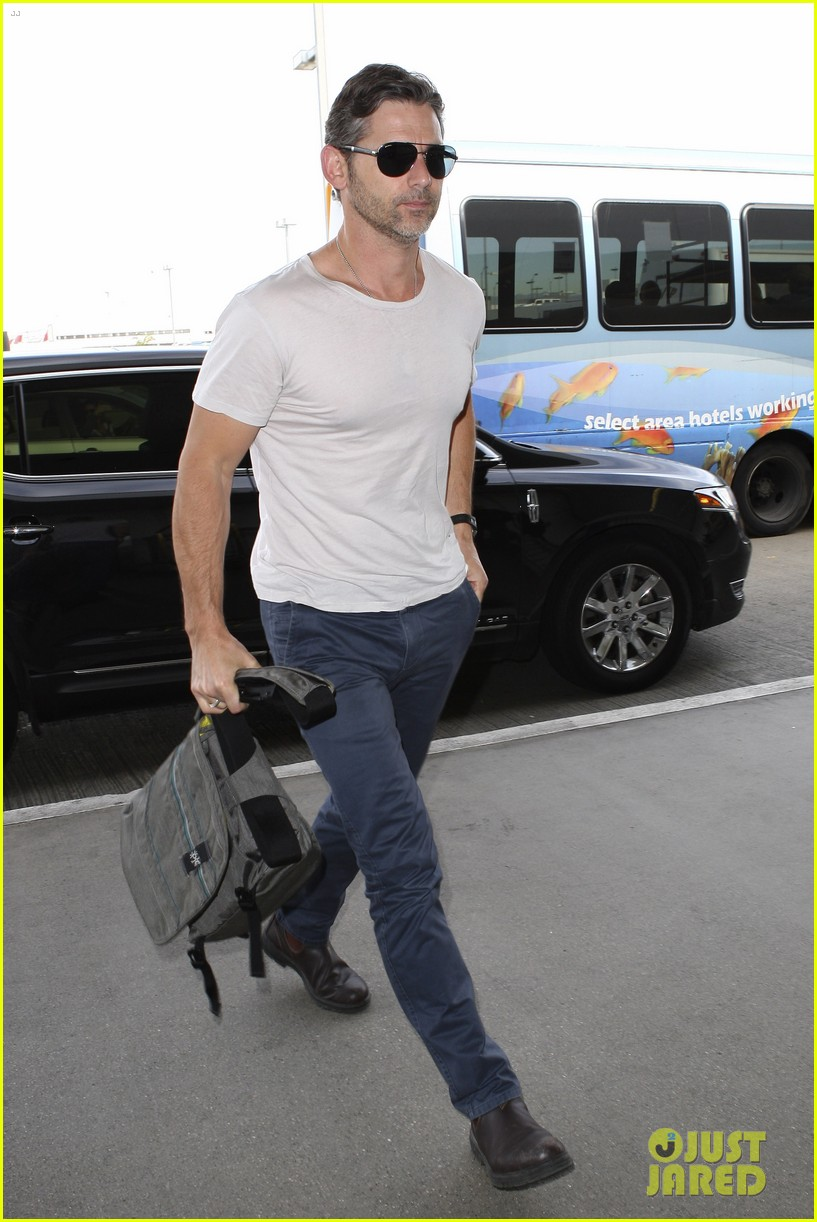 eric bana looks super buff while flying out of los angeles 01