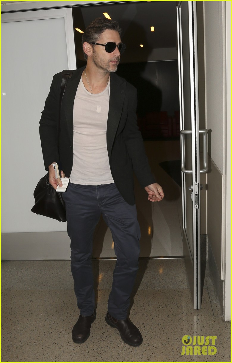 eric bana looks super buff while flying out of los angeles 05