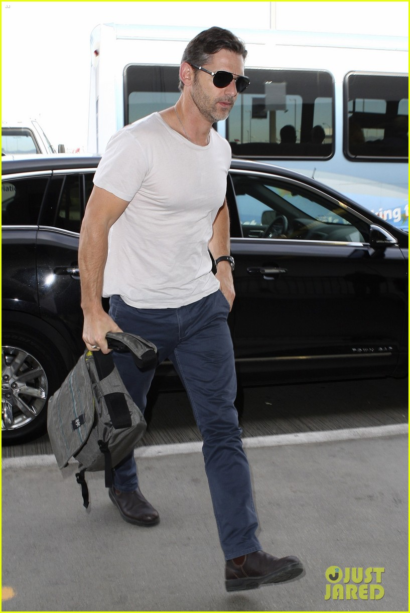eric bana looks super buff while flying out of los angeles 10