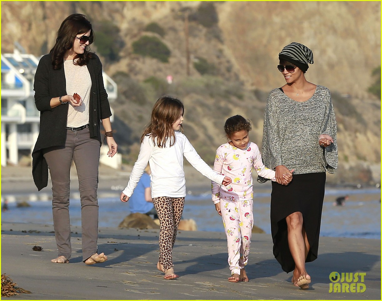 halle berry strolls the beach with nahla friends 14