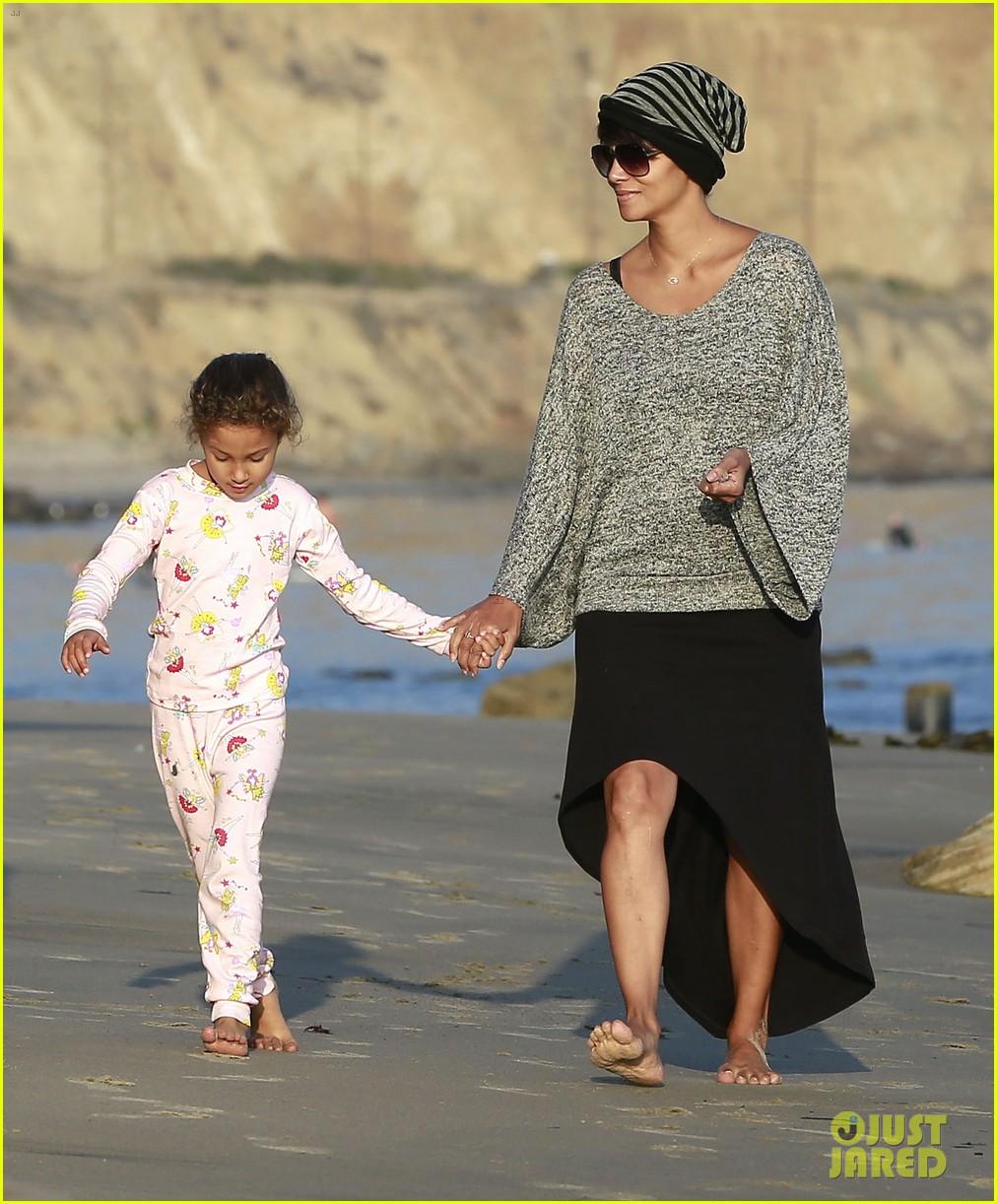 halle berry strolls the beach with nahla friends 15