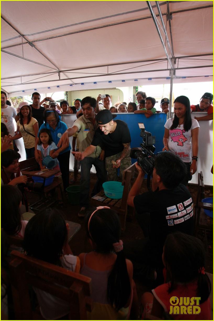 justin bieber meets phillippenes typhoon victims 033009016