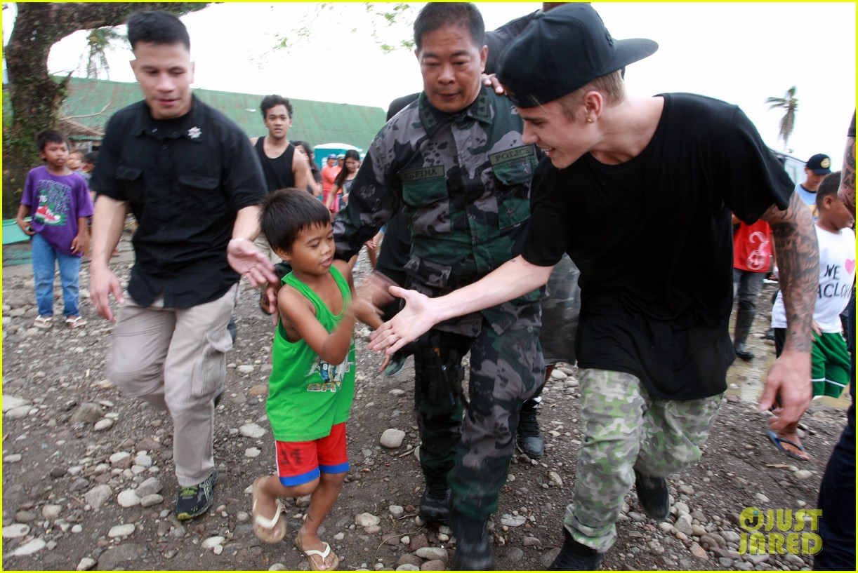 justin bieber meets phillippenes typhoon victims 063009019