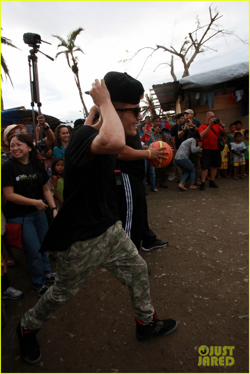 justin bieber meets phillippenes typhoon victims 153009028