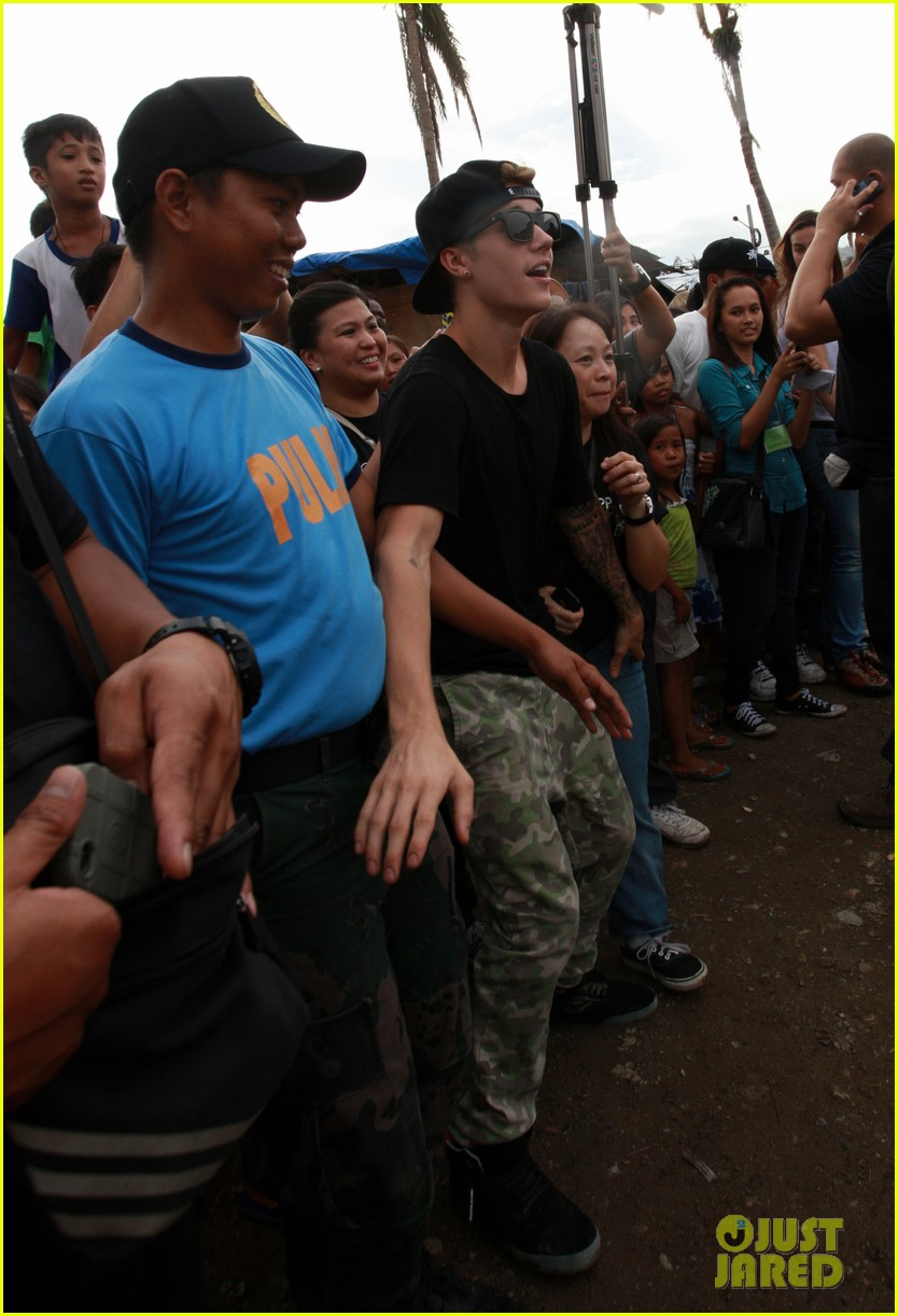 justin bieber meets phillippenes typhoon victims 163009029