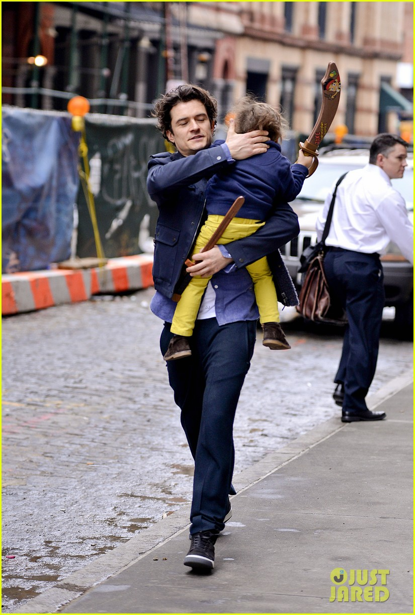 orlando bloom flynn play with toy swords in the big apple 043005796