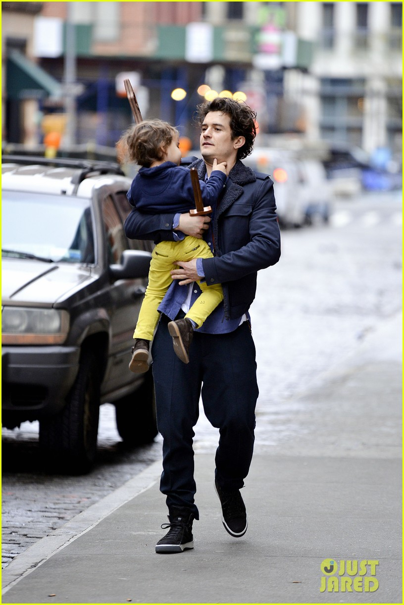 orlando bloom flynn play with toy swords in the big apple 073005799