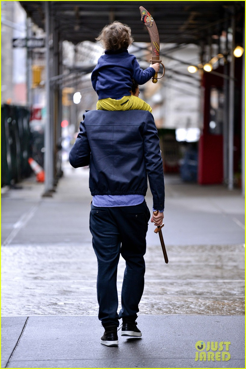 orlando bloom flynn play with toy swords in the big apple 15