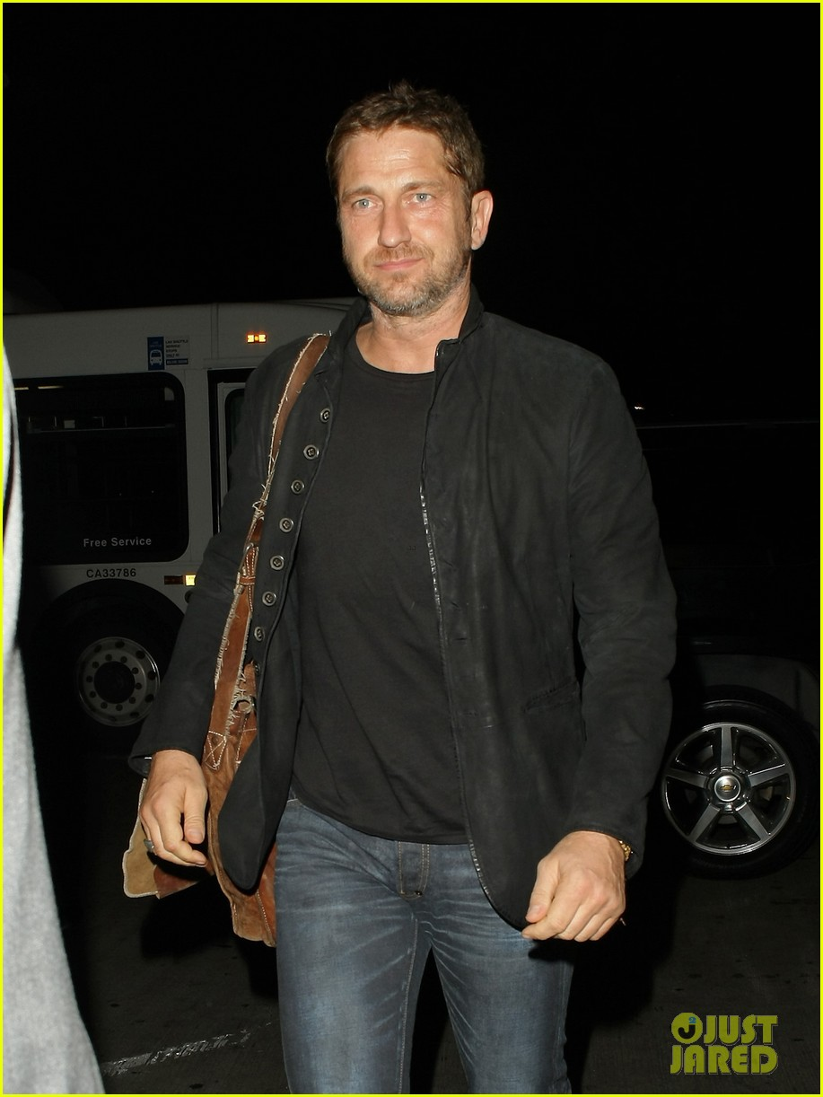 http://cdn02.cdn.justjared.com/wp-content/uploads/2013/12/butler-outlax/gerard-butler-catches-flight-out-of-lax-01.jpg