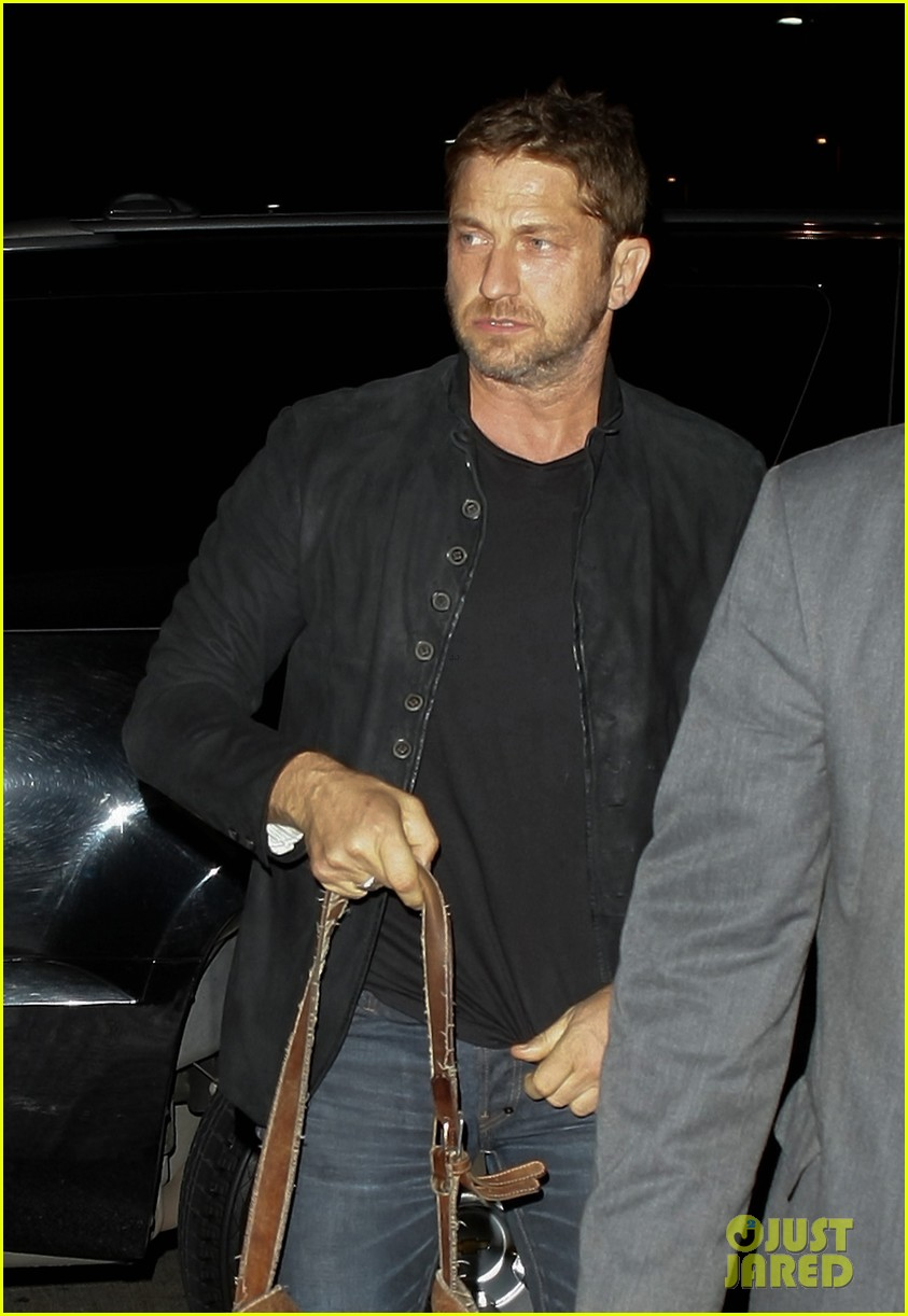 gerard butler catches flight out of lax 03