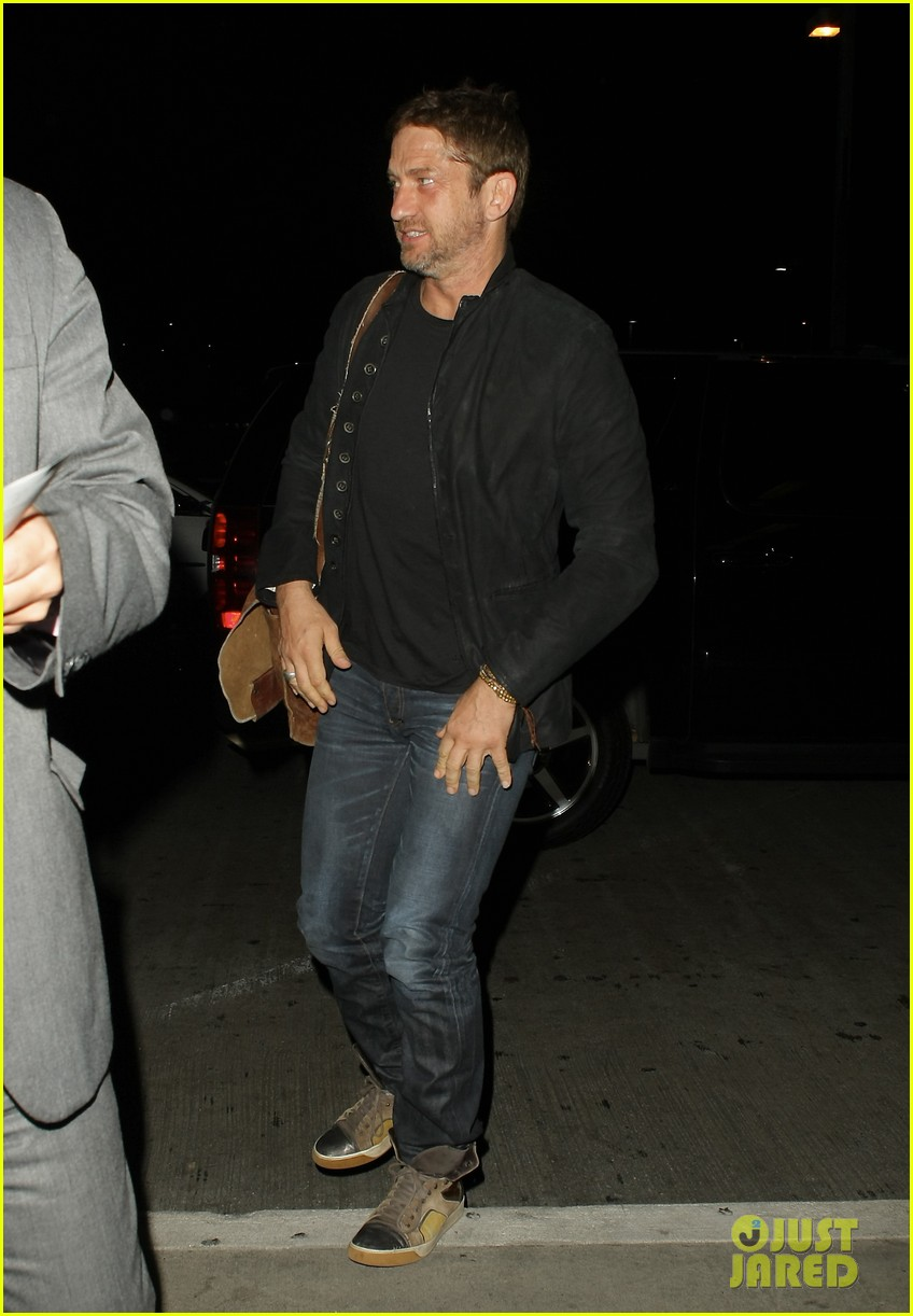 gerard butler catches flight out of lax 05
