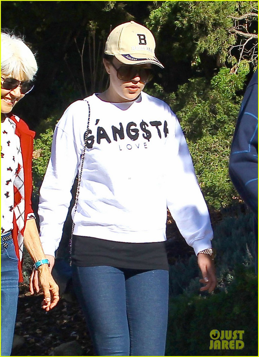 amanda bynes steps out with parents after rehab 193005716