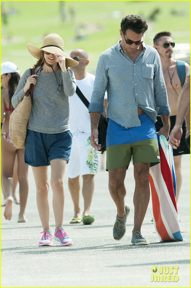 rose byrne bobby cannavale share romantic kiss in sydney 02