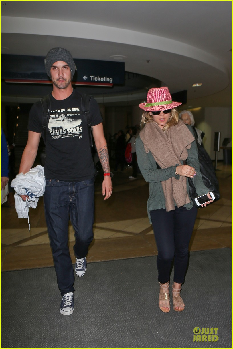 kaley cuoco ryan sweeting lax arrival after bahamas vacay 10