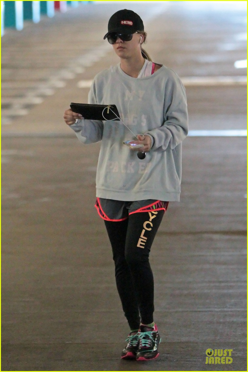 kaley cuoco wears bright pink bra for workout 03