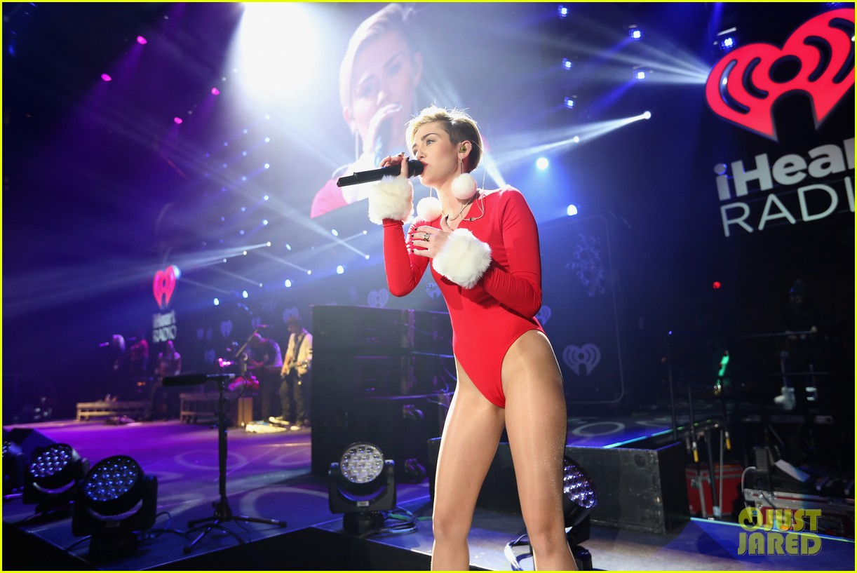 miley cyrus performs after being named artist of the year 183009463