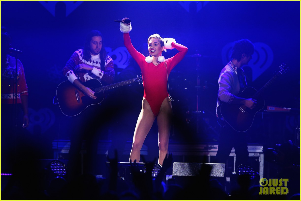 miley cyrus performs after being named artist of the year 27
