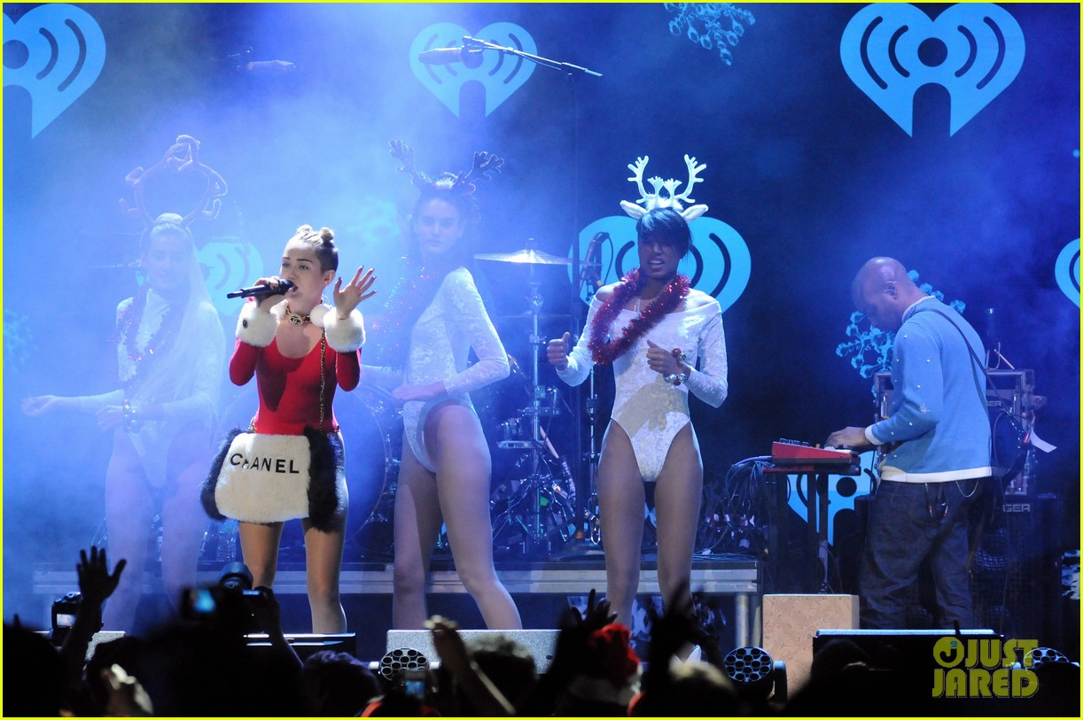 miley cyrus stolen christmas sweater at tampa jingle ball 083014554