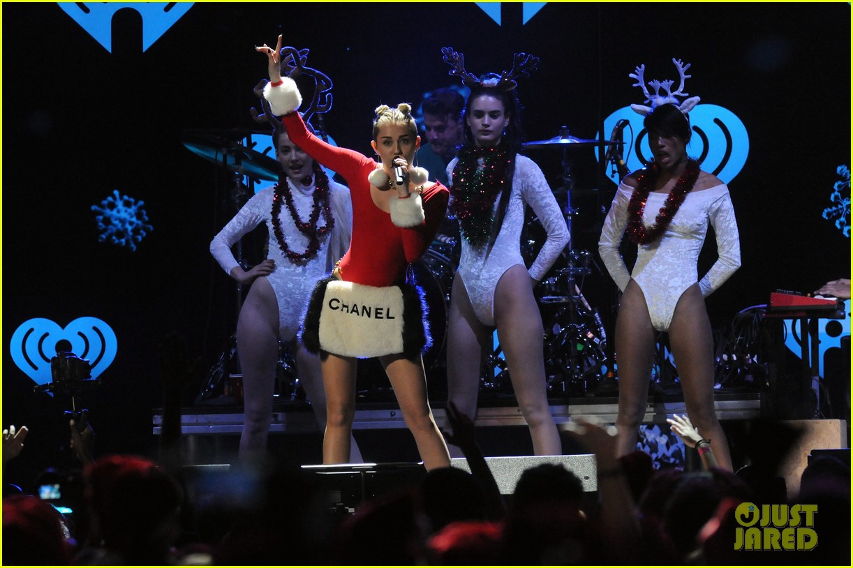 miley cyrus stolen christmas sweater at tampa jingle ball 093014555