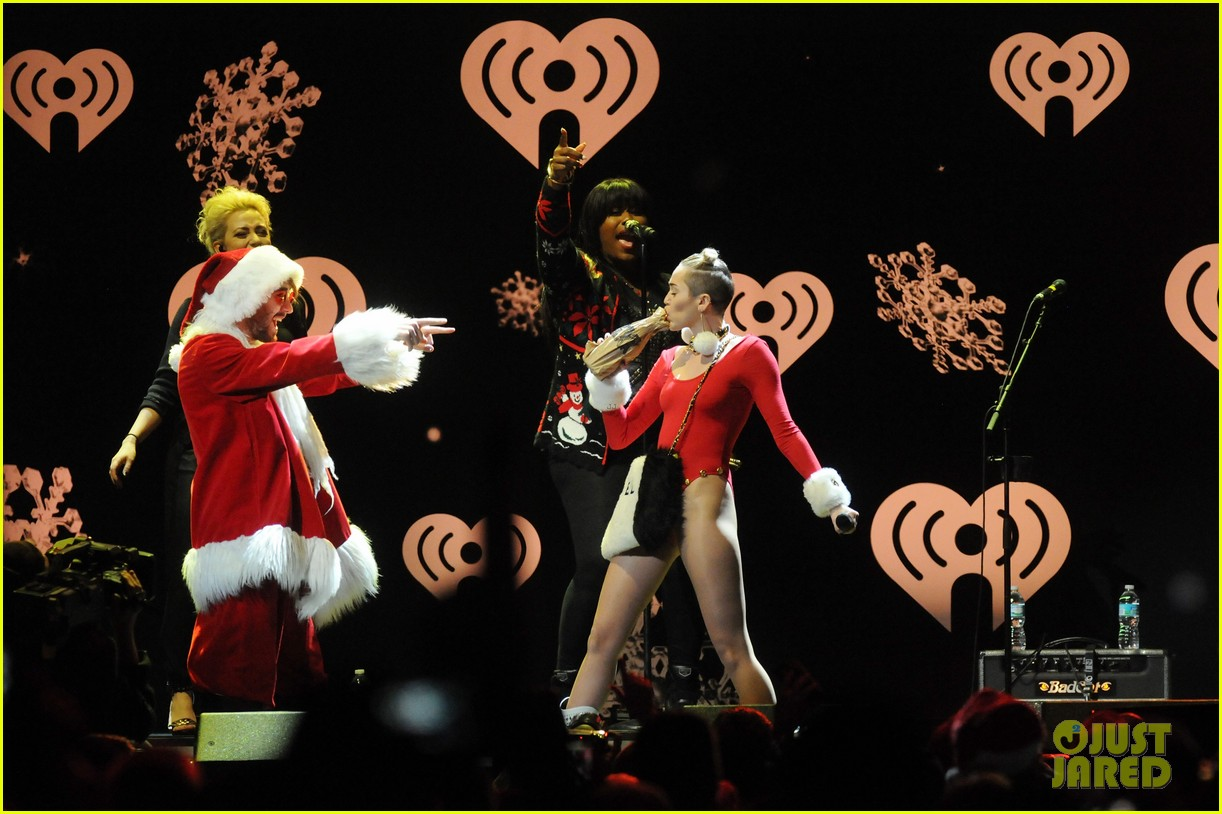 miley cyrus stolen christmas sweater at tampa jingle ball 10