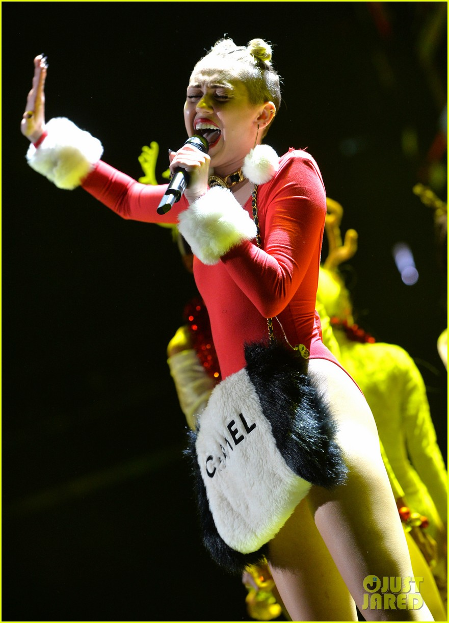 miley cyrus stolen christmas sweater at tampa jingle ball 153014561