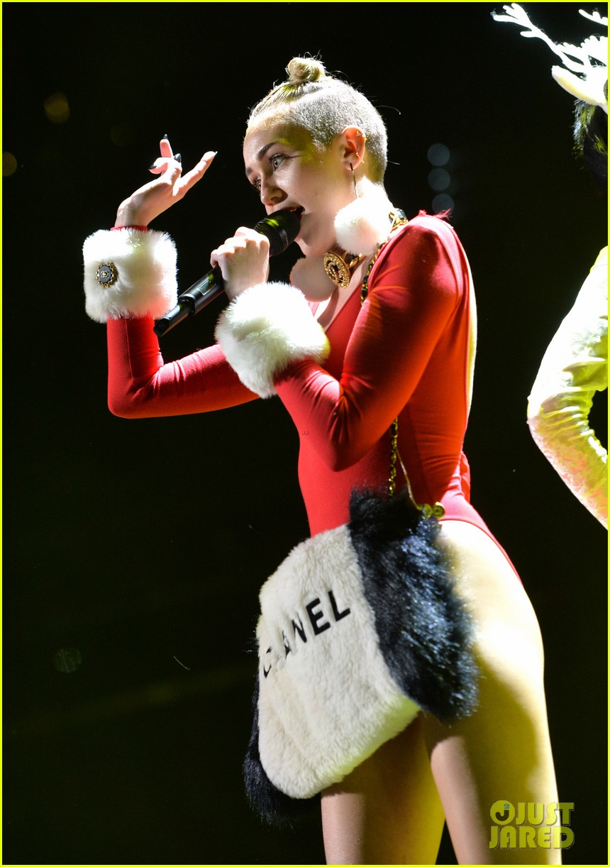 miley cyrus stolen christmas sweater at tampa jingle ball 16