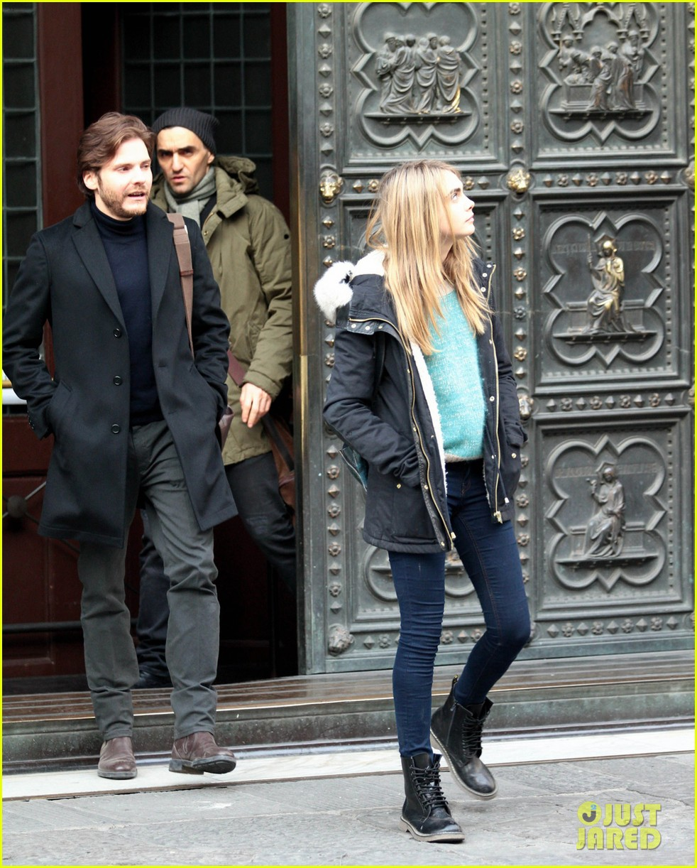 cara delevingne films a movie with daniel bruhl in italy 09