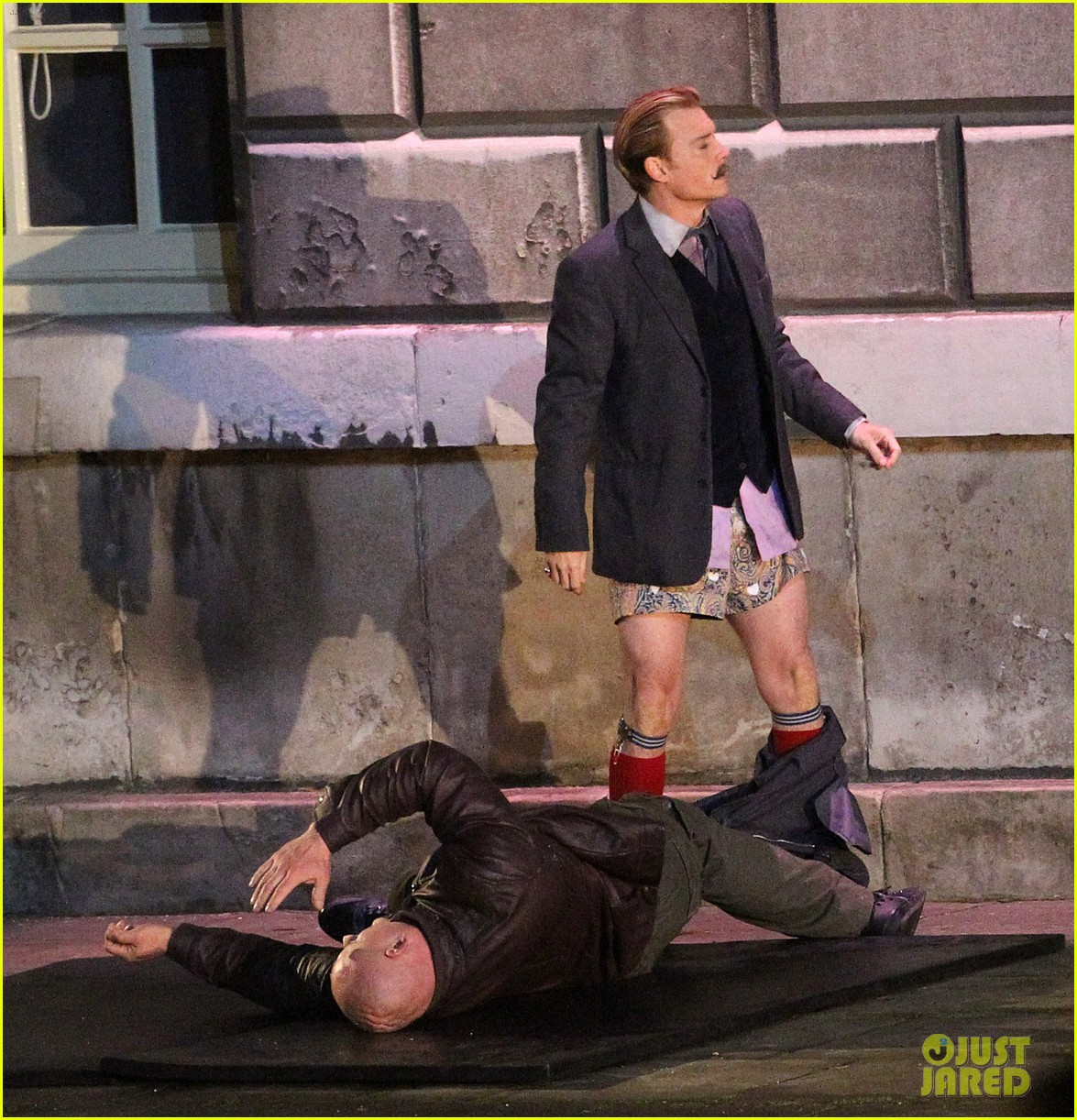 johnny depps pants fall to the ground while filming mortdecai 03