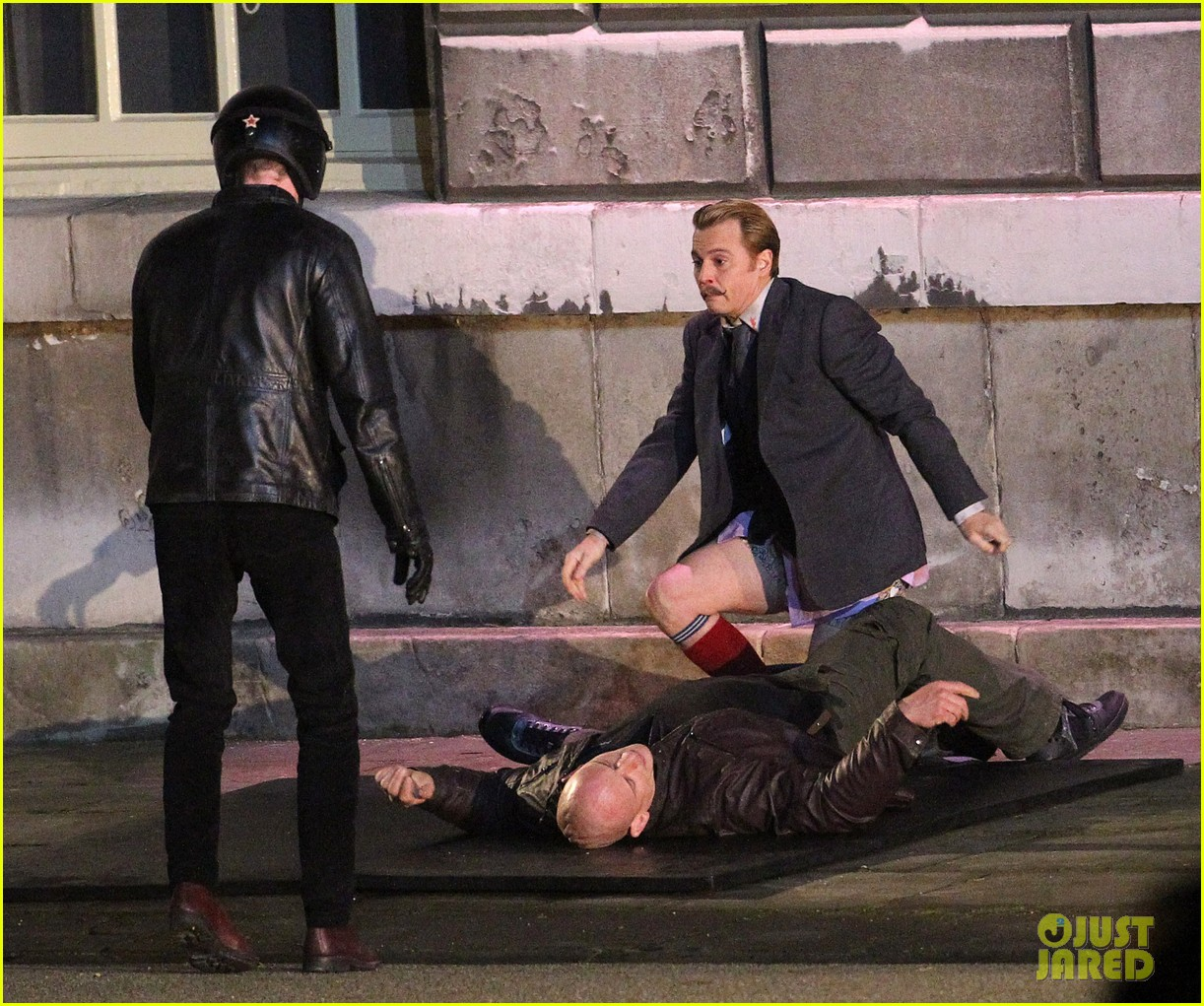 johnny depps pants fall to the ground while filming mortdecai 10