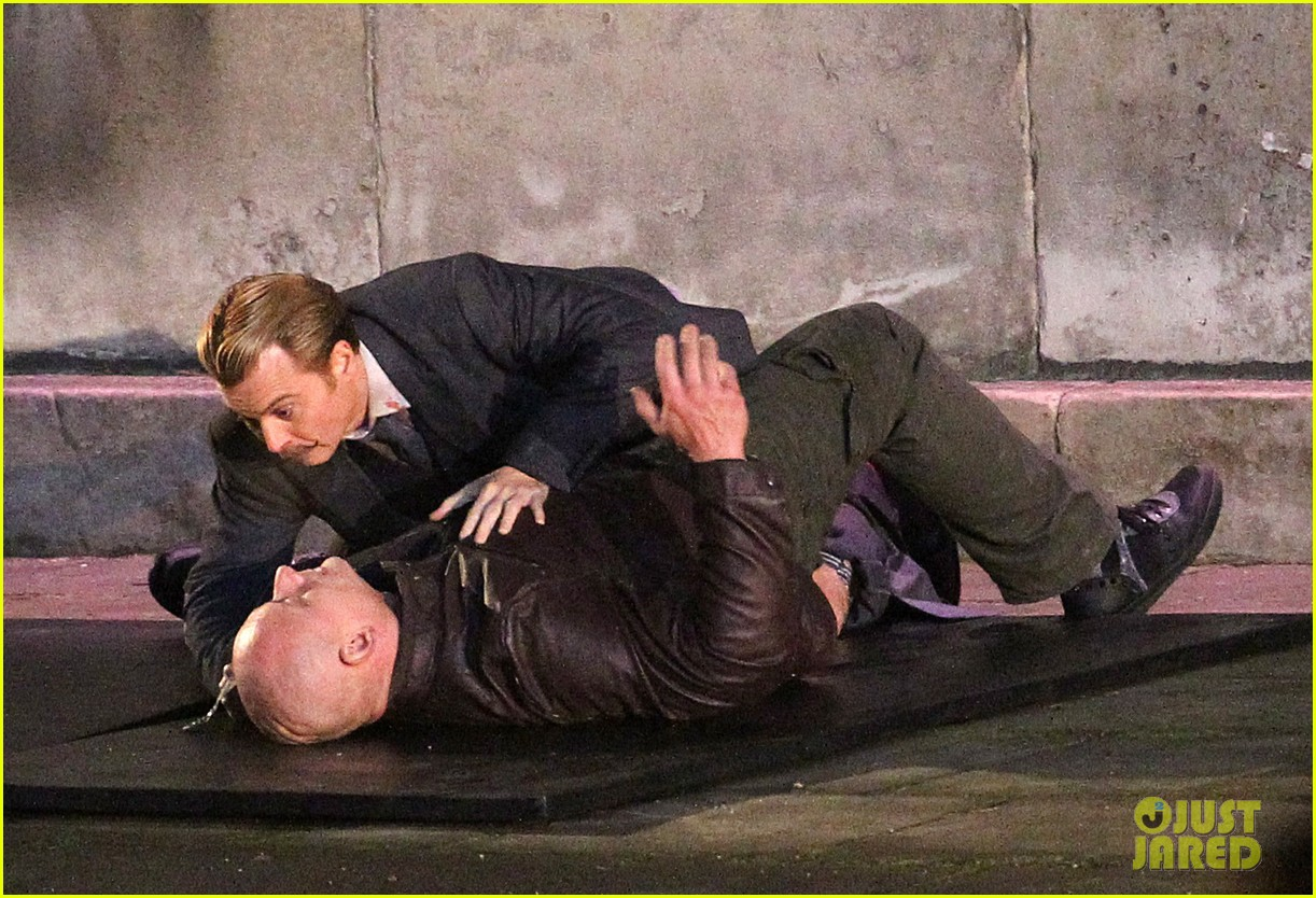 johnny depps pants fall to the ground while filming mortdecai 12