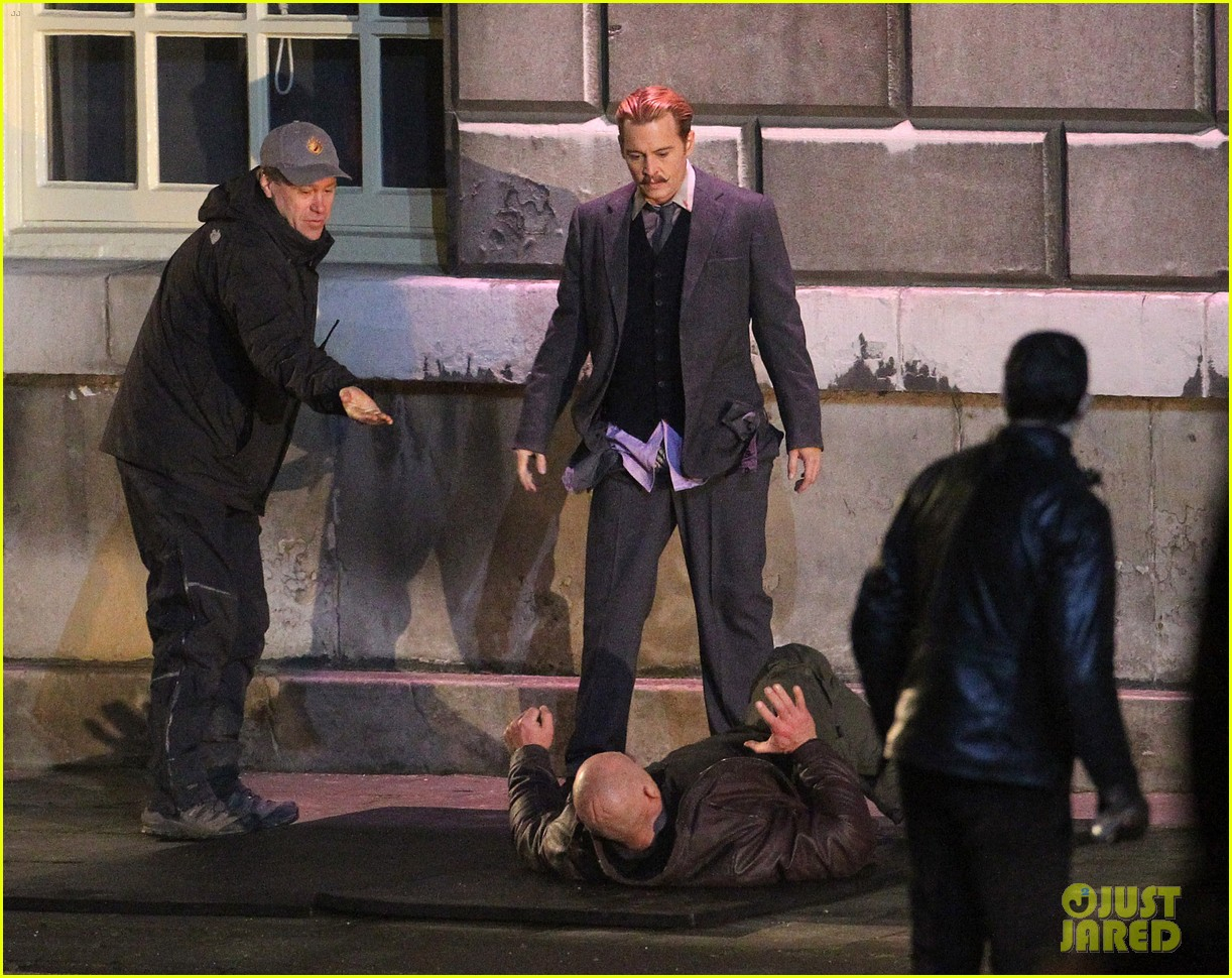 johnny depps pants fall to the ground while filming mortdecai 22