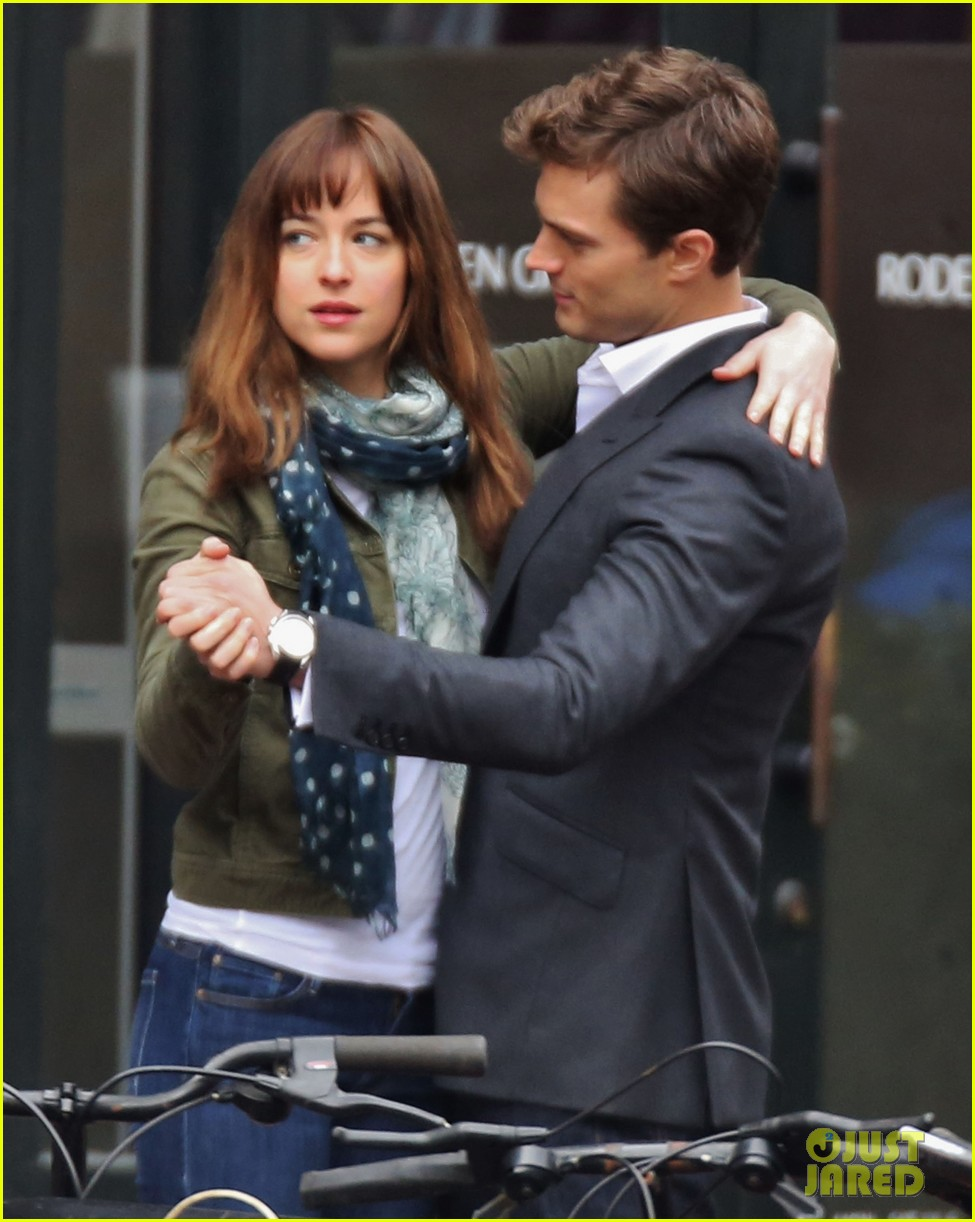 jamie dornan dakota johnson dance for fifty shades of grey 01