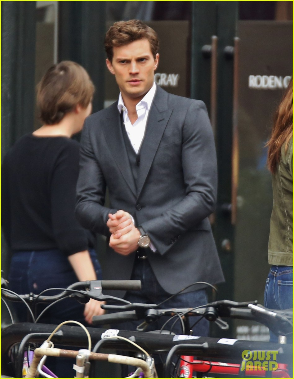 jamie dornan dakota johnson dance for fifty shades of grey 02
