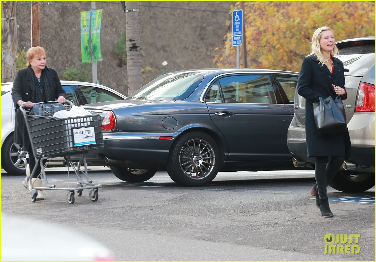 kirsten dunst saturday shopping mom inez 123007748