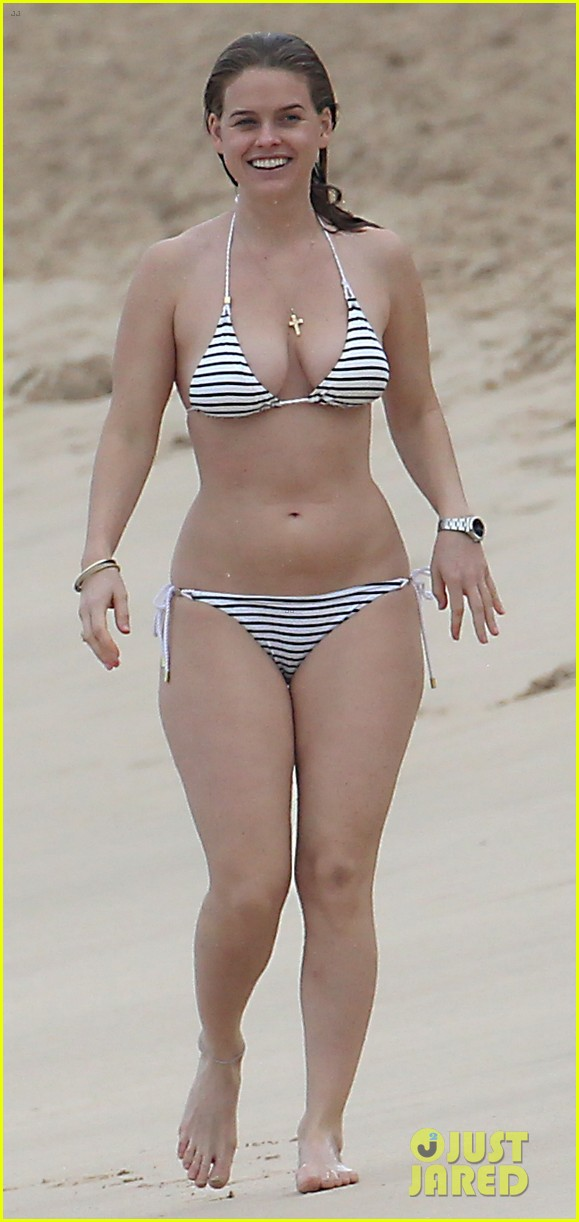 alice eve bares bikini body on christmas in barbados 03